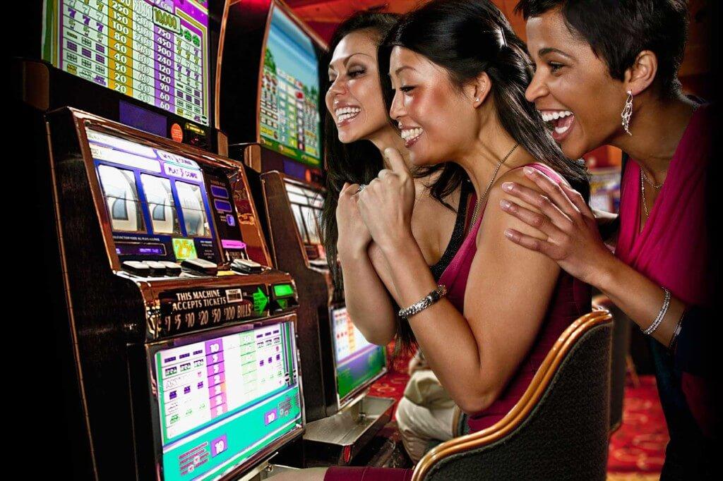 Výherní automaty se třemi hrajícími ženami