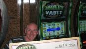 Alexander Degenhardt jenž vyhrál 2,9milionový dolarový jackpot na výherním automatu Money Vault Millionaires Seven od Bally Technologies